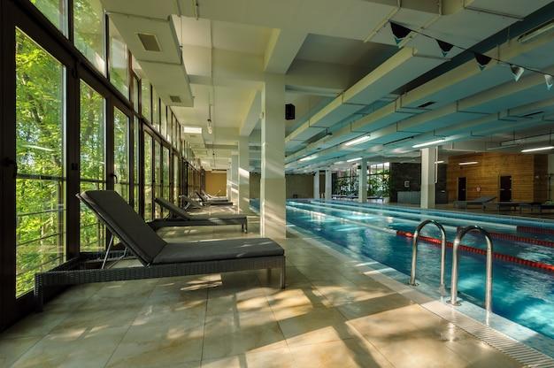 Interno di una piscina pubblica