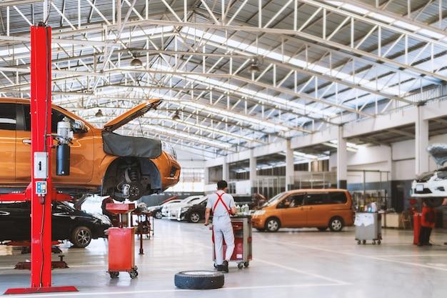 Interno di una riparazione di auto nella stazione di servizio del garage