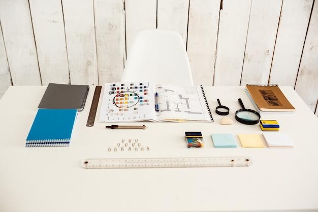 Interno moderno bianco del posto di lavoro con la parete di legno di colore chiaro