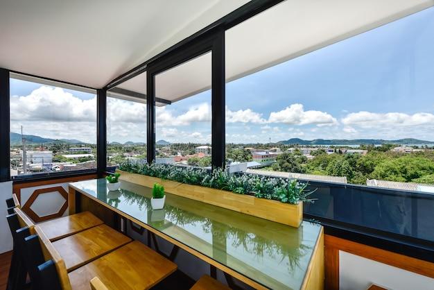 Interno moderno del salone sul tetto in hotel