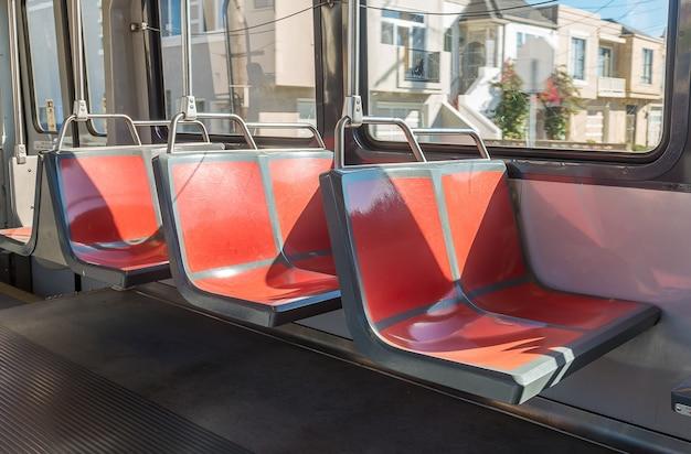 Interno moderno del treno della metropolitana