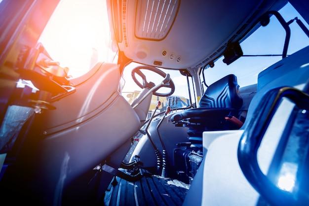 Interno moderno della cabina del trattore. mostra agricola