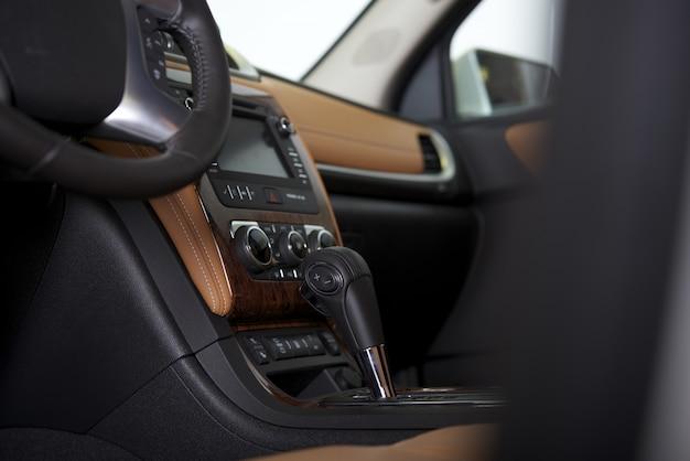 Interno moderno della cabina di guida dell'automobile