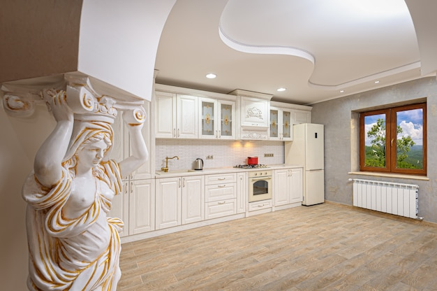 Interno moderno di lusso bianco e beige della cucina