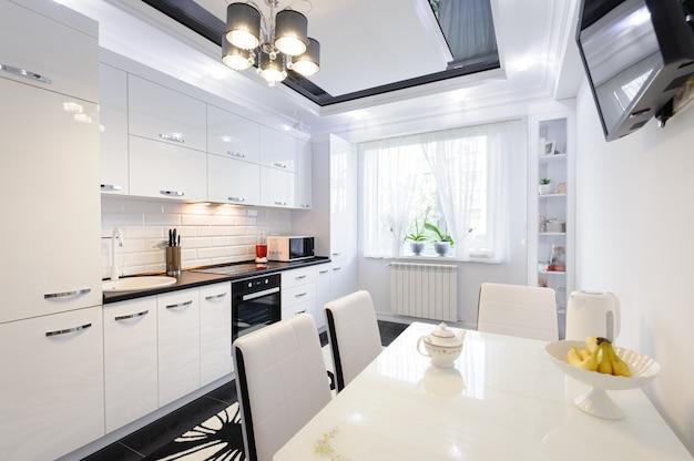 Interno moderno di lusso in bianco e nero della cucina