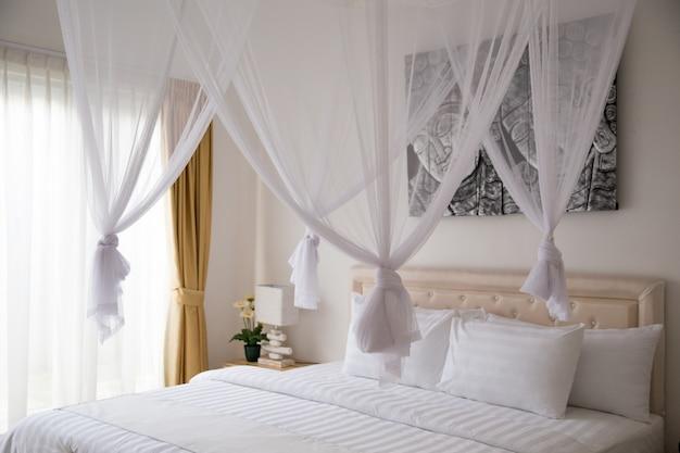 Interno scandinavo minimalista con divano di design, piante tropicali, tavolino
