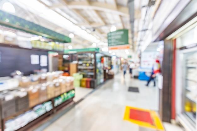 Interno sfocato dello sfondo del mercato municipale di curitiba