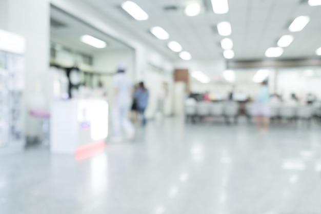 Interno vago dell'ospedale o clinico con la gente - fondo medico astratto.