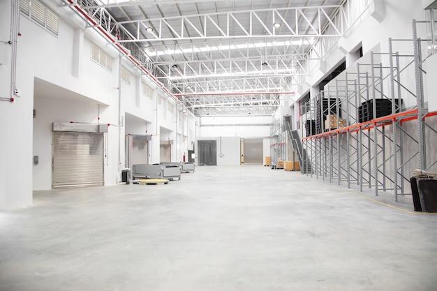Interno vuoto del magazzino nell'industria logistica