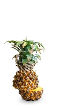 Intero ananas maturo isolato su sfondo bianco
