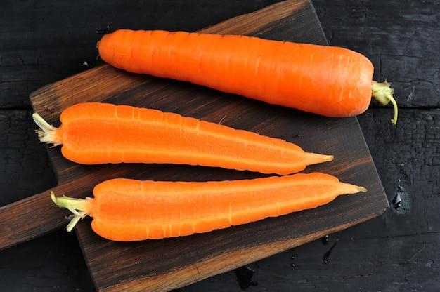 Intero e tagliato in mezzo primo piano della carota