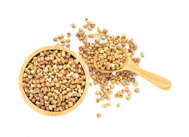 Intero grano non lucidato di lacrime di giobbe isolato su sfondo bianco