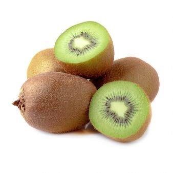 Intero kiwi e mezzo kiwi maturi isolati su fondo bianco.