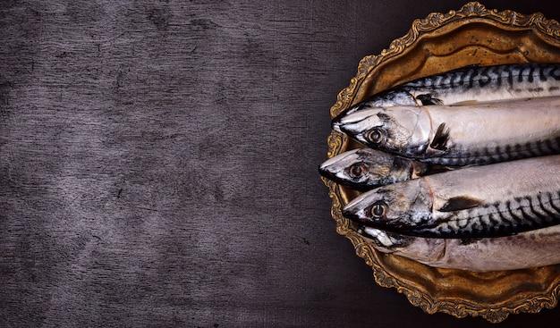 Intero sgombro fresco su un piatto di rame