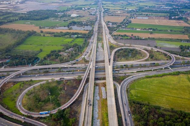Interscambio autostradale e autostrada che collega la città di trasporto logistica countrysideside