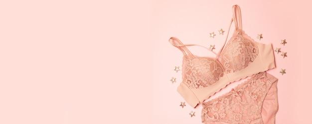 Intimo in pizzo delicatamente rosa con decorazioni a stelle su rosa