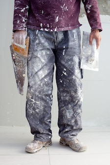Intonaco da costruzione uomo pantaloni sporchi