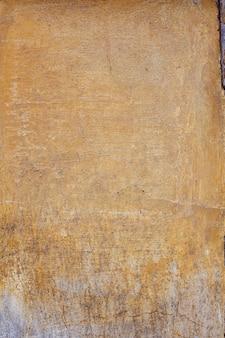 Intonaco grigio giallo vecchio e incrinato