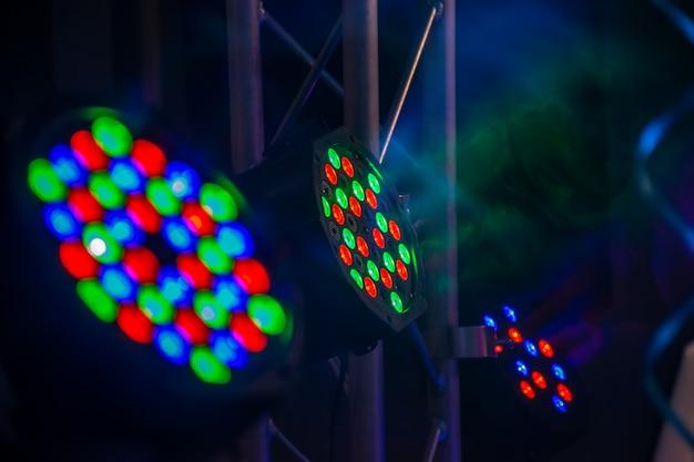 Intradossi multicolori illuminano la festa notturna.