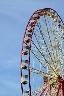 Intrattenimento ruota panoramica contro il cielo blu chiaro