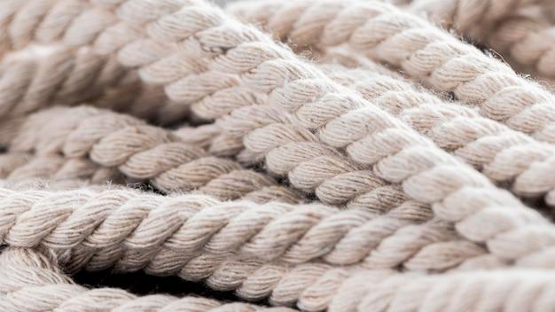 Intreccia forte corde bianche in una pila