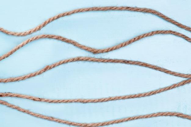 Intrecciare forti linee orizzontali di corda beige