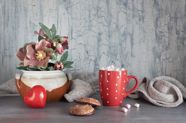 Inverno, cioccolata calda con marshallow, fiori di anemone, cuore e decorazioni invernali