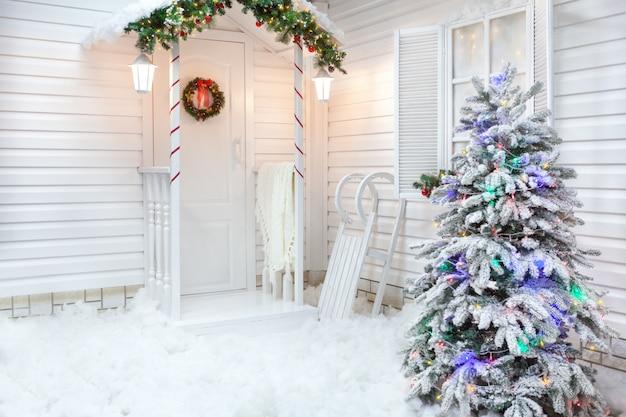 Inverno esterno di una casa di campagna con decorazioni natalizie in stile americano.