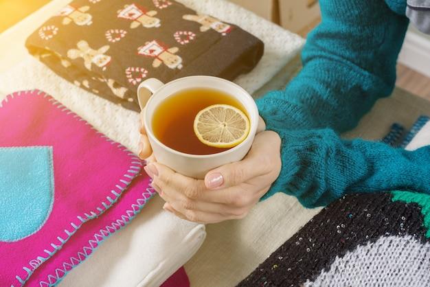 Inverno freddo caldo con vestiti caldi e bevande calde,