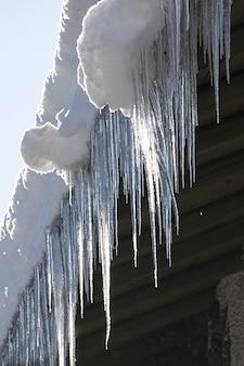 Inverno tetto freddo gelo ghiaccio ghiacciolo grondaia