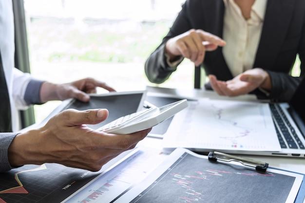 Investitore aziendale in riunione con pianificazione e analisi del partner nel commercio di investimenti