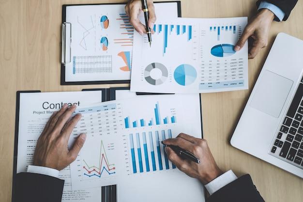 Investitore professionista che lavora all'avvio del progetto per il piano strategico con documento