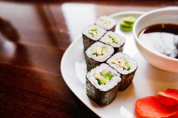 Involtini di alga nori con avocado, zenzero sottaceto e salsa di soia