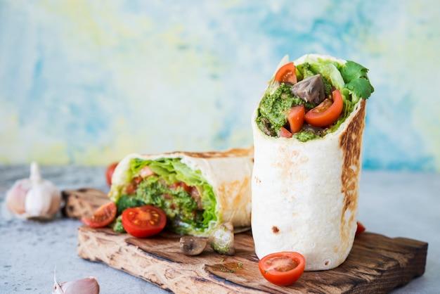 Involtini di burrito con pesto di verdure e salsa.roll con verdure, funghi e salsa di pesto.