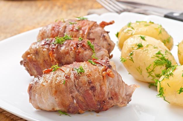 Involtini di carne alla griglia avvolti in strisce di pancetta