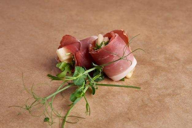 Involtini di carne con prosciutto, crema di formaggio, cibo per catering, canape e snack.