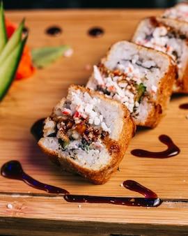 Involtini di filetto di pollo con ripieno e salsa teriyaki.