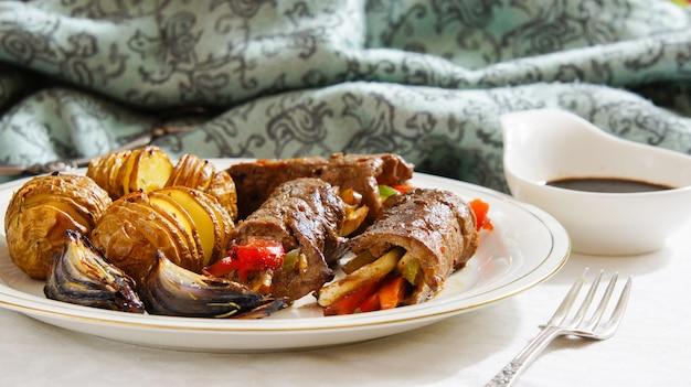 Involtini di manzo con verdure e salsa di soia