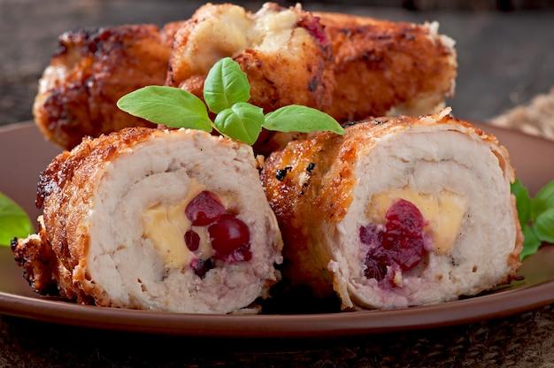 Involtini di pollo con mirtilli rossi, formaggio e miele