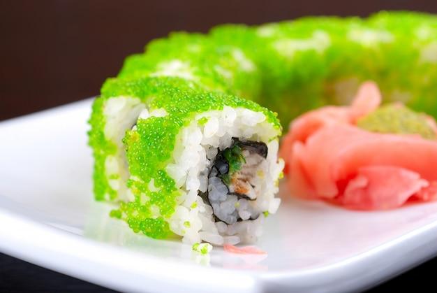 Involtini di sushi a base di salmone, avocado, uova di pesce volante - caviale tobiko e formaggio philadelphia