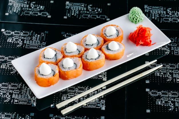 Involtini di sushi al salmone conditi con maionese giapponese
