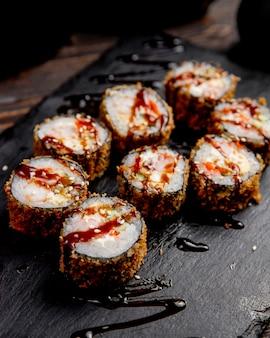 Involtini di sushi con salsa e semi di sesamo