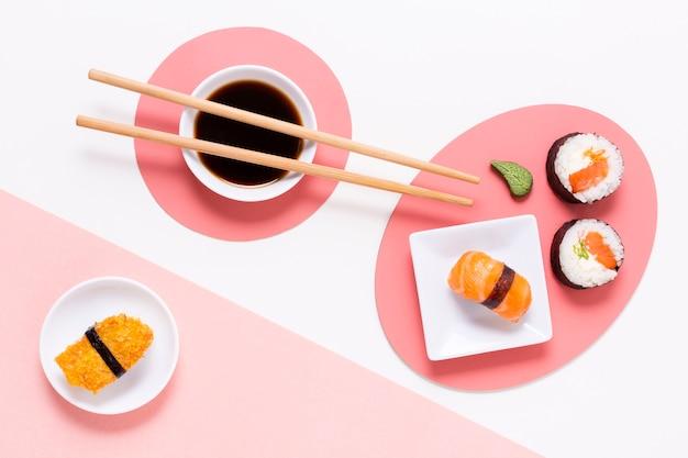 Involtini di sushi freschi serviti