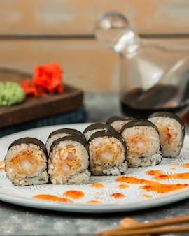 Involtini di sushi nori con gamberi guarniti con salsa di peperoncino dolce