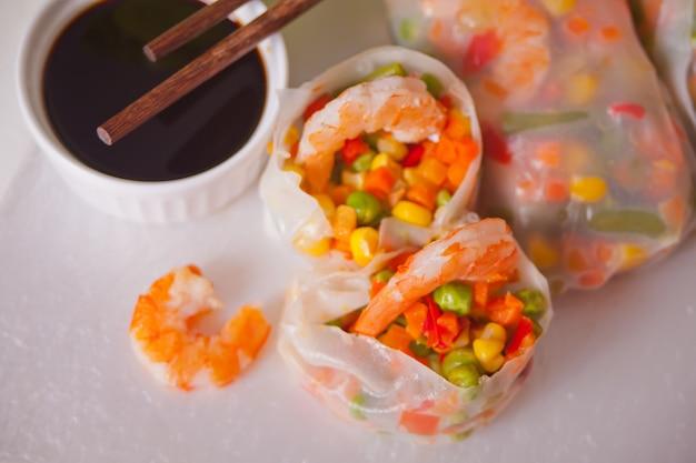 Involtini primavera con verdure e gamberi in carta di riso