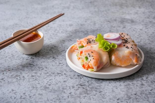 Involtini primavera di cibo vietnamita con gamberi, noodles, verdure. avvicinamento. cucina asiatica.