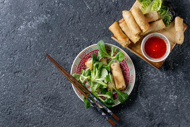 Involtini primavera fritti con salsa