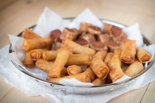 Involtini primavera fritti e involtini di pollo fritto