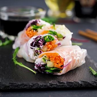 Involtini primavera vietnamiti vegetariani con salsa piccante, carote, cetrioli, cavolo rosso e spaghetti di riso.