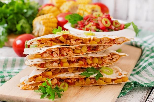 Involucro di quesadilla messicana con pollo, mais, peperoni e salsa